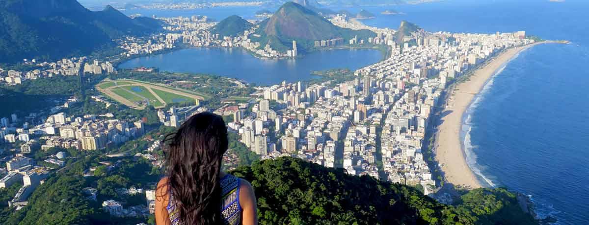 Vrouw alleen reizend door Brazilie in Zuid Amerika
