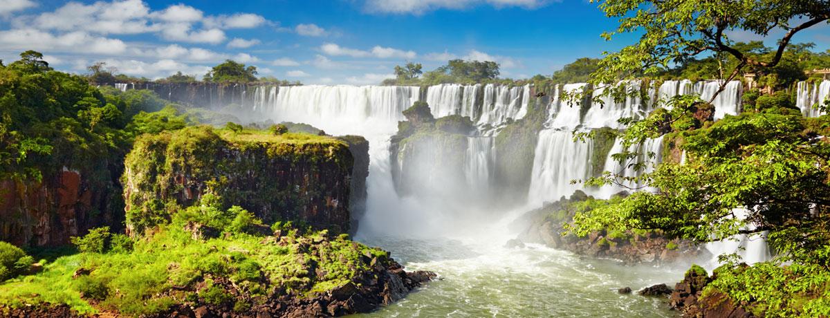 Brazilië is het land van de zon en de samba. Backpackers trekken ook vaak naar de indrukwekkende Iguazu watervallen