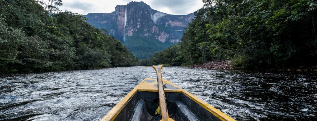 Met de boot naar de Angel Falls waterval in Canaima National Park in Venezuela