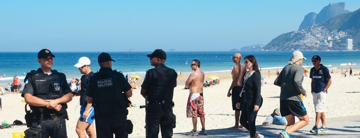 Veiligheid Brazilië. Politie agenten zijn vaak standaard aanwezig op het strand van Rio de Janeiro