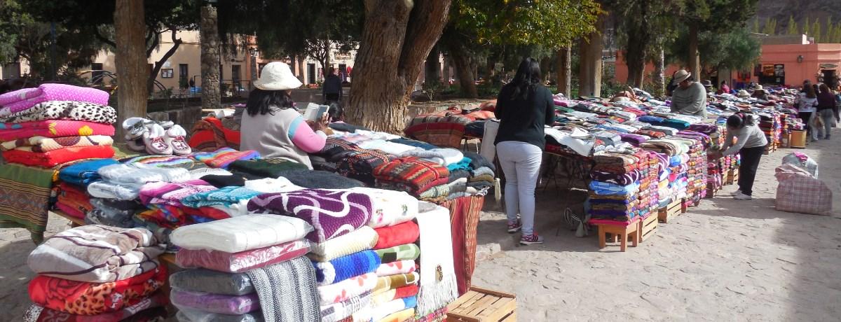 De markt in Purmamarca (woestijndorp in het Jujuy gebied in het noorden van Argentinië)