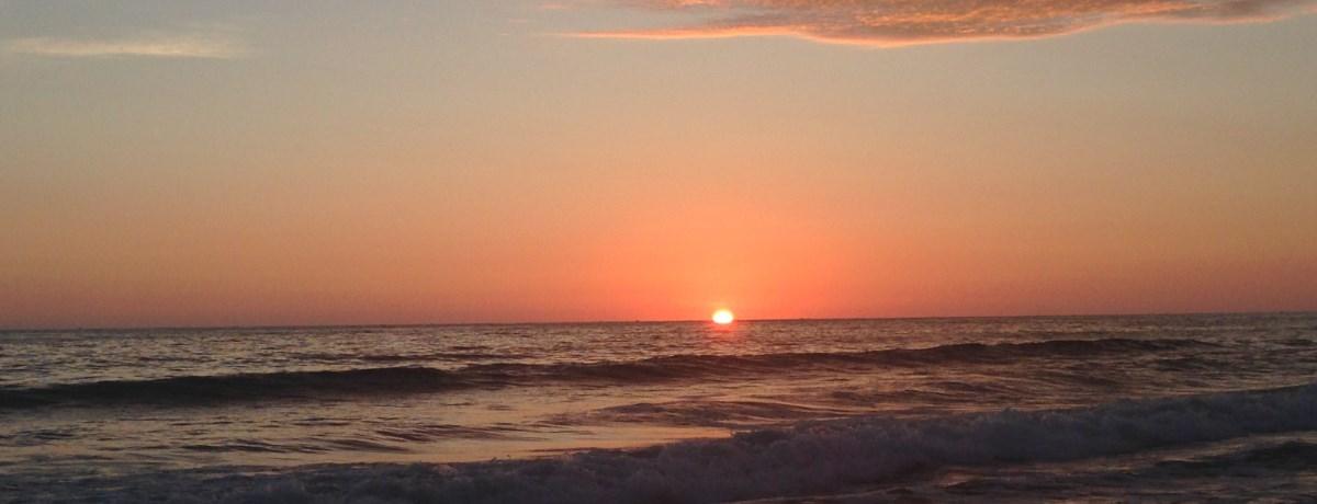 De zonsondergang in het surf stadje Montanita in Ecuador