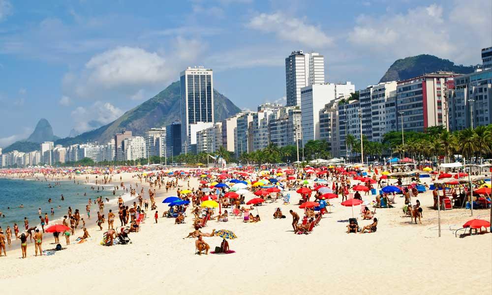 Rio de Janeiro bekendste strand, Copacabana in Brazilië