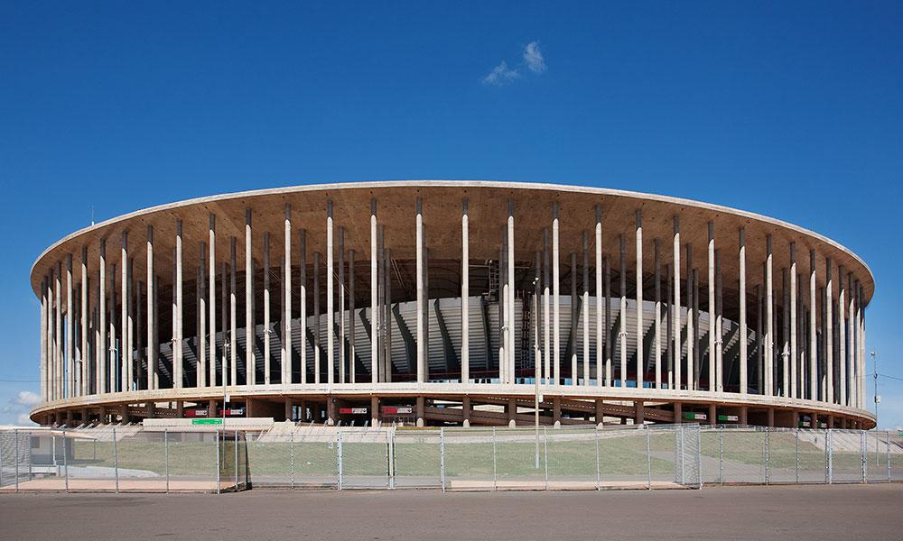 Het beroemde stadion Mane Garrincha met een heldere blauwe lucht op de achtergrond